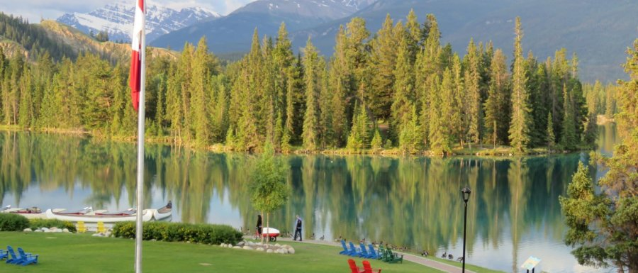 Morgonsol vid Fairmont Jasper Park Lodges