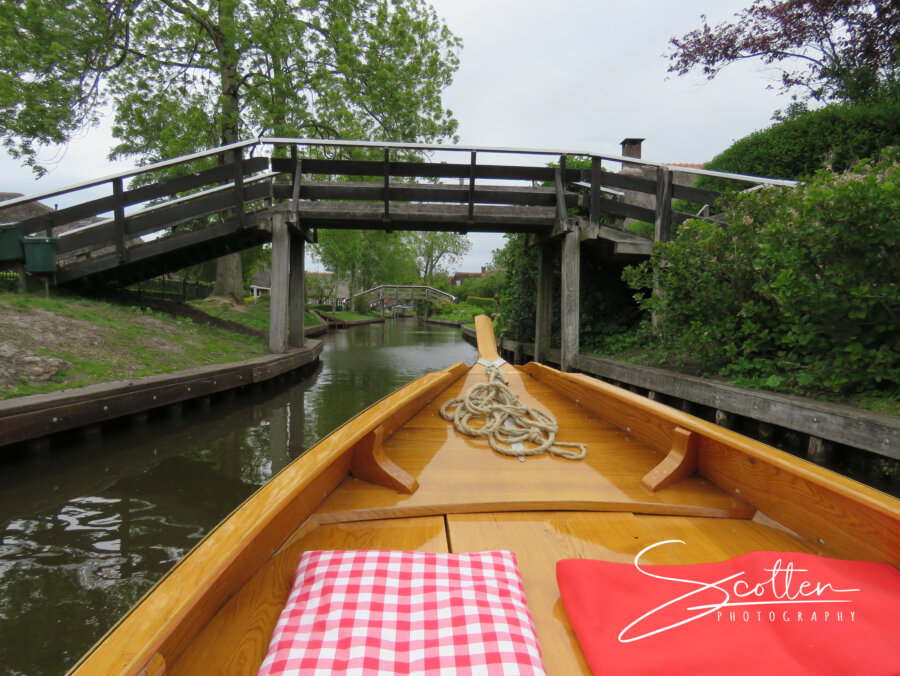 Tour on the canals in Giethoorn with Punterwerf wooden sloop