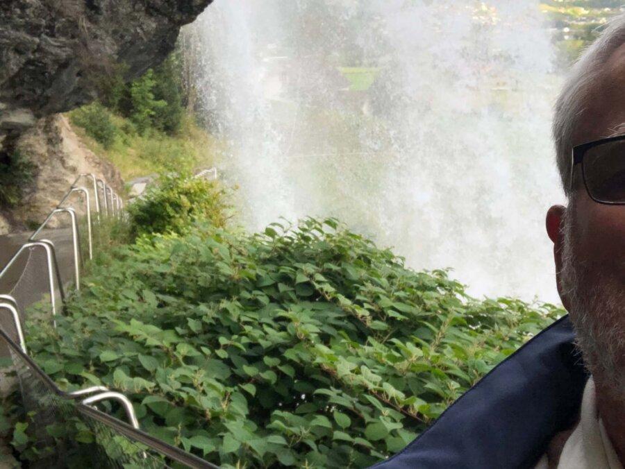 Vattenfallet är ett av de mest besökta i Norge och är speciellt eftersom det går en stig bakom vattenfallet där man kan gå torrskodd. Vattenfallet har en fallhöjd på 50 meter. Fjorden ligger spegelblank