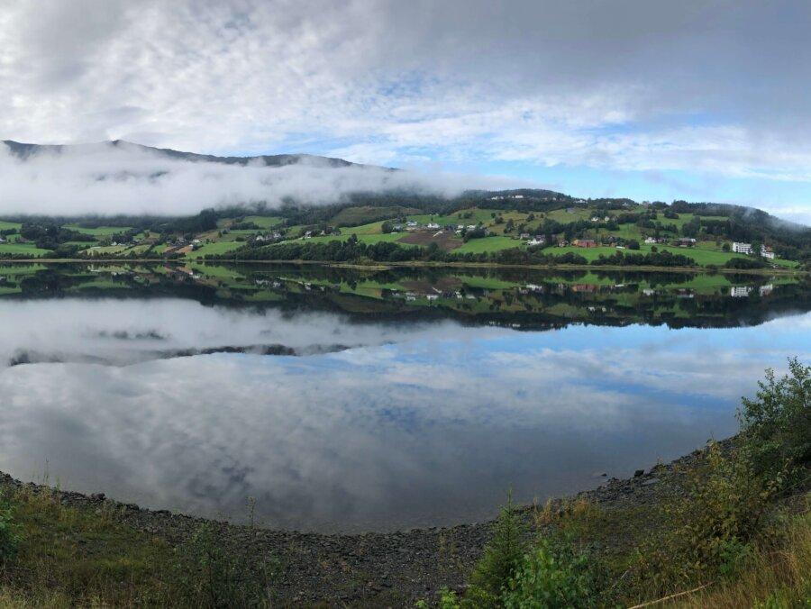 Fjorden ligger spegelblank
